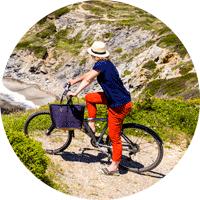 Jeune femme à vélo parcourant l'île des Embiez