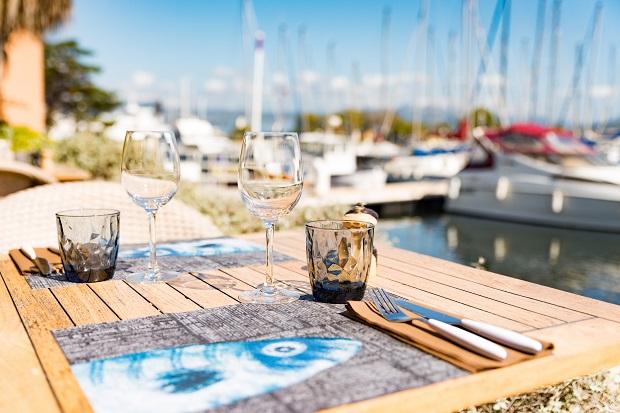 table du restaurant chez charles pour l'offre moules-frites