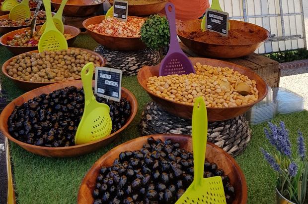 olives et tapenade sur le marché des Embiez